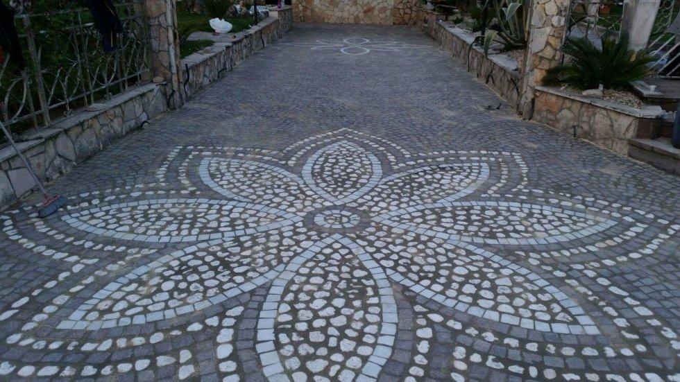 Decorazione in pietra su pavimentazione