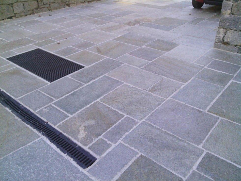 Pavimento in pietra con dettagli più scuri