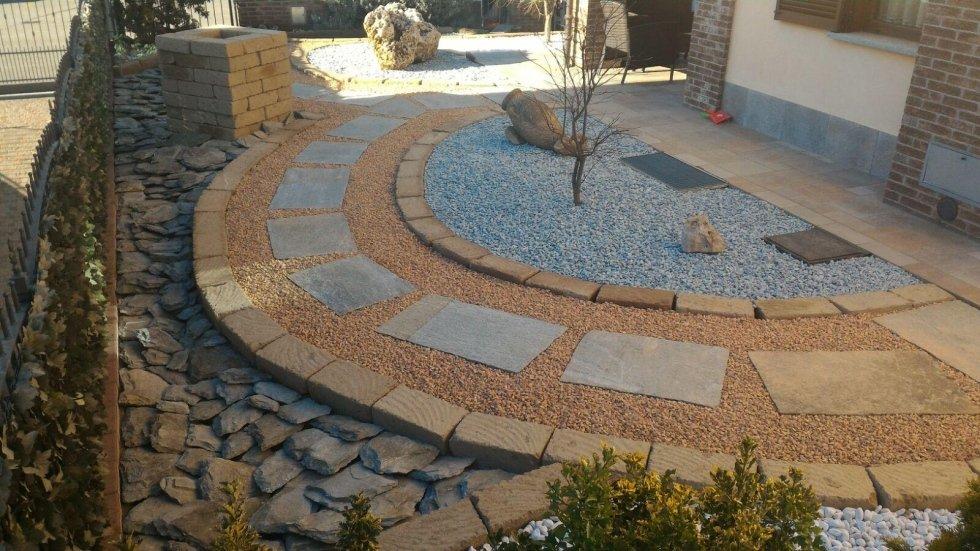 Giardino roccioso con decorazioni  in pietra