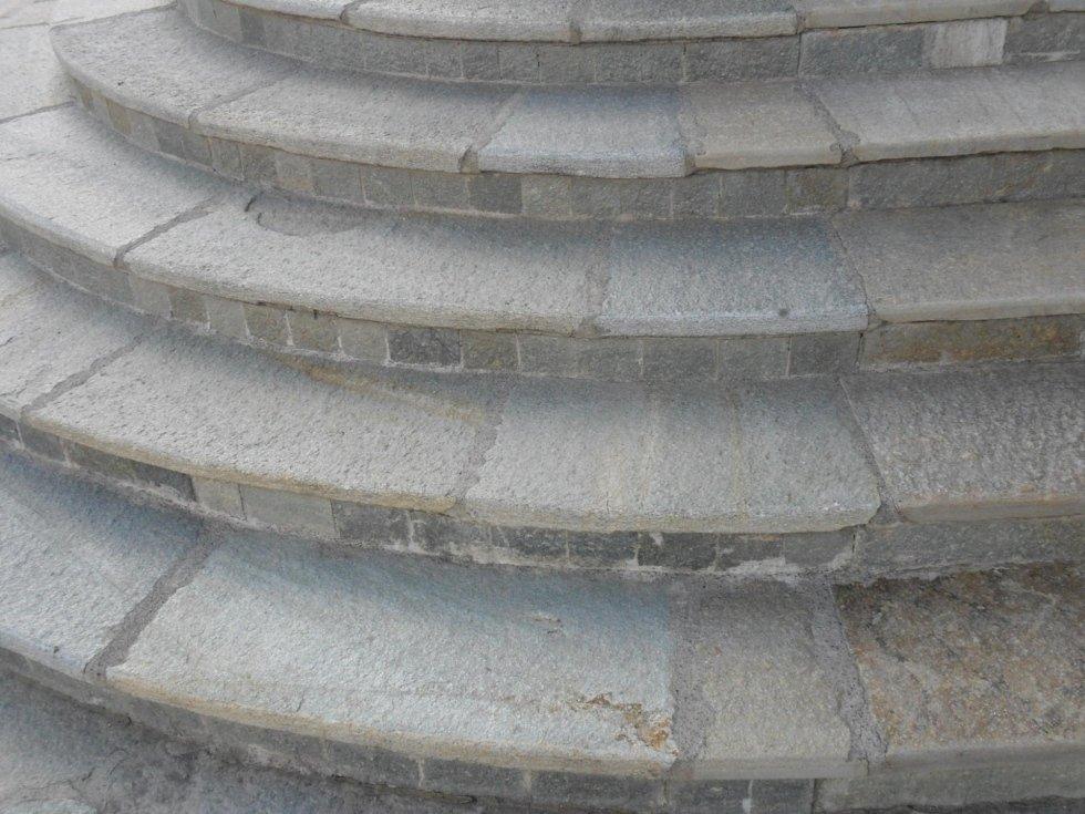 Scalinata rotonda in pietra