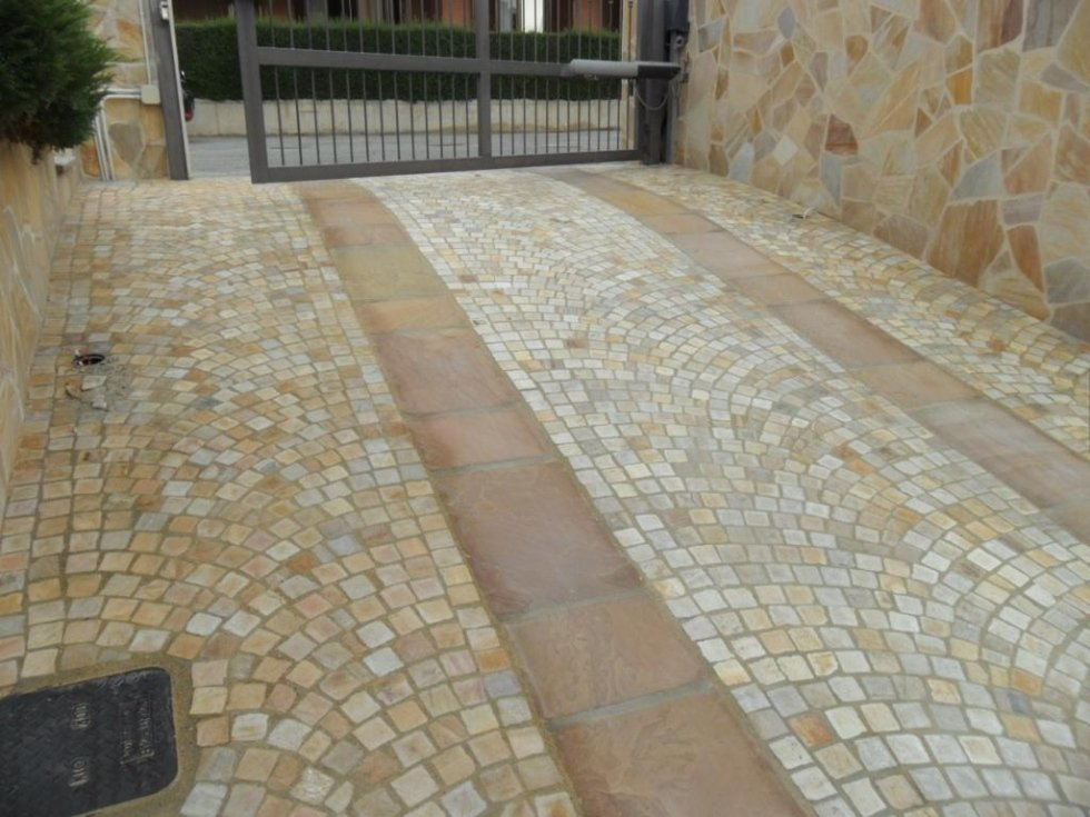 Cancello con pavimento in pietra