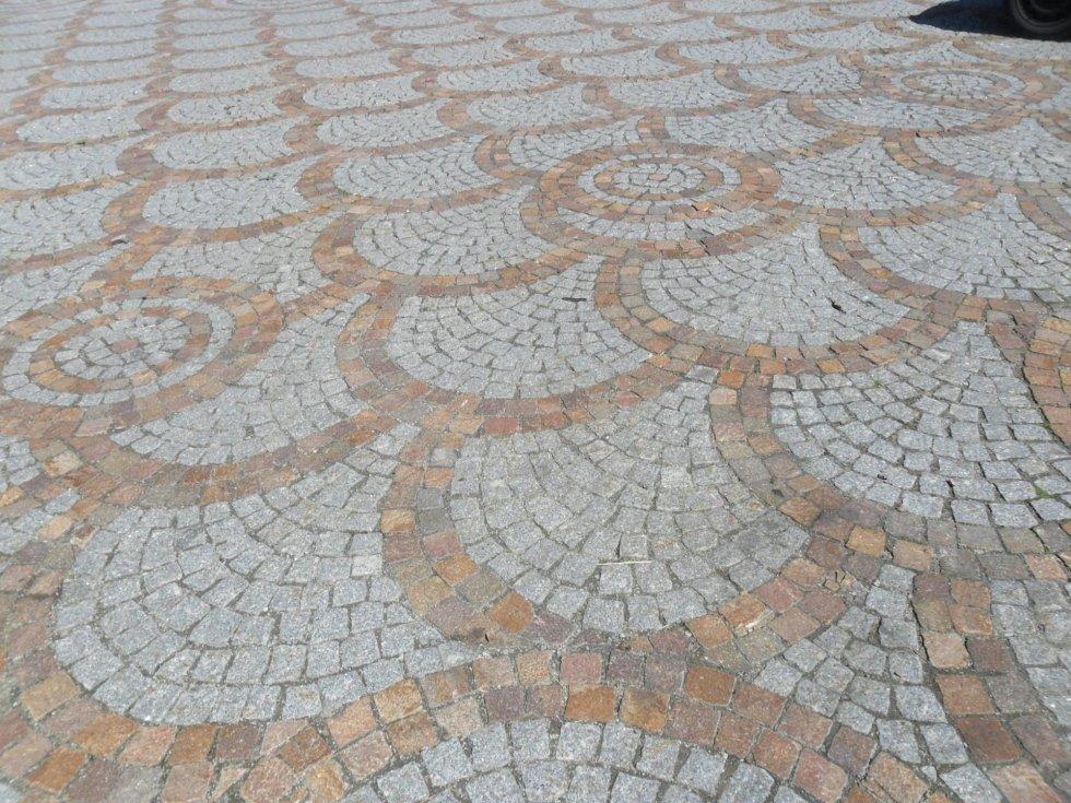 Pavimento in pietra grigia e beige