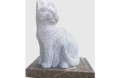 Statua in pietra di un gatto