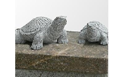 Statuine in pietra di due tartarughe