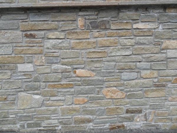 Muraglione rivestito in pietra