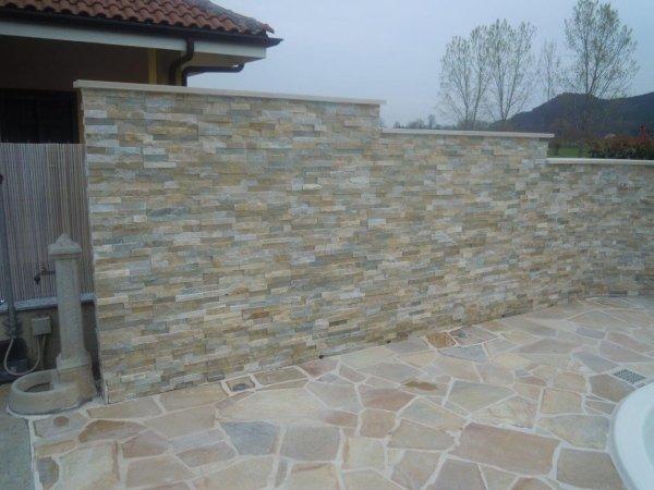 Muro e scalini rivestiti in pietra
