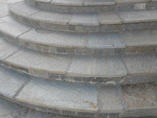 Scalini circolari rivestiti in pietra