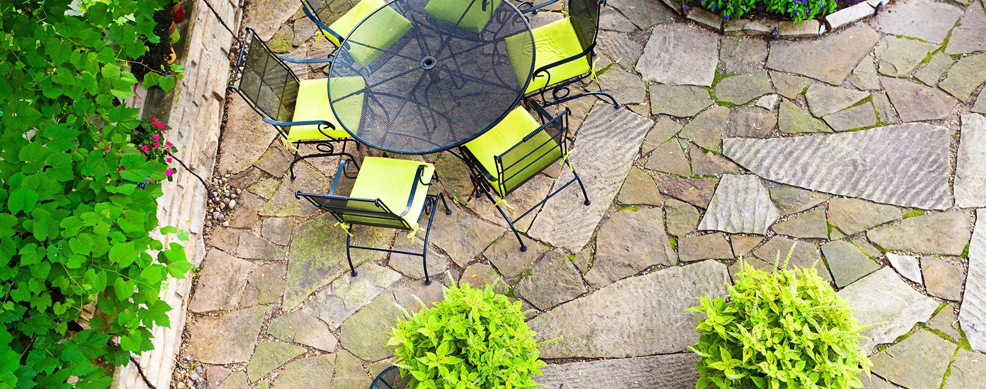 vista di un pavimento in pietra con tavolino rotondo e quattro sedie