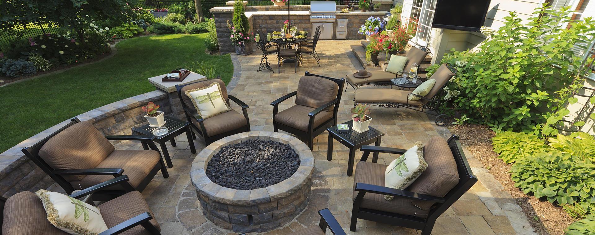 pavimento in pietra in un giardino esterno