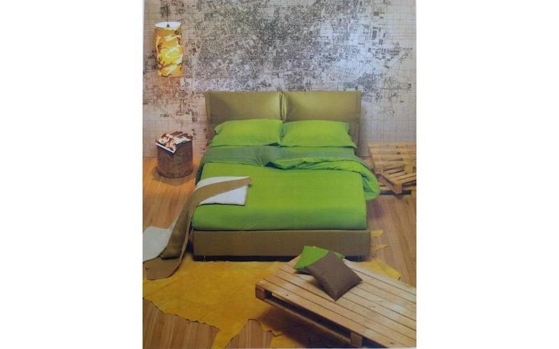 letto matrimonae con coperte verdi
