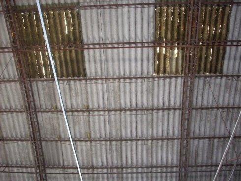 Particolare del tetto in eternit da rimuovere
