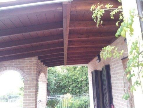 Particolare del tetto in legno del gazebo