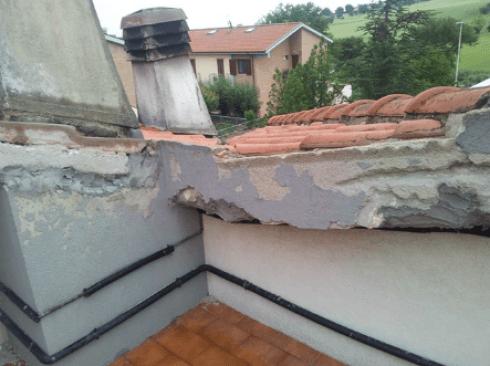 Particolare del tetto danneggiato