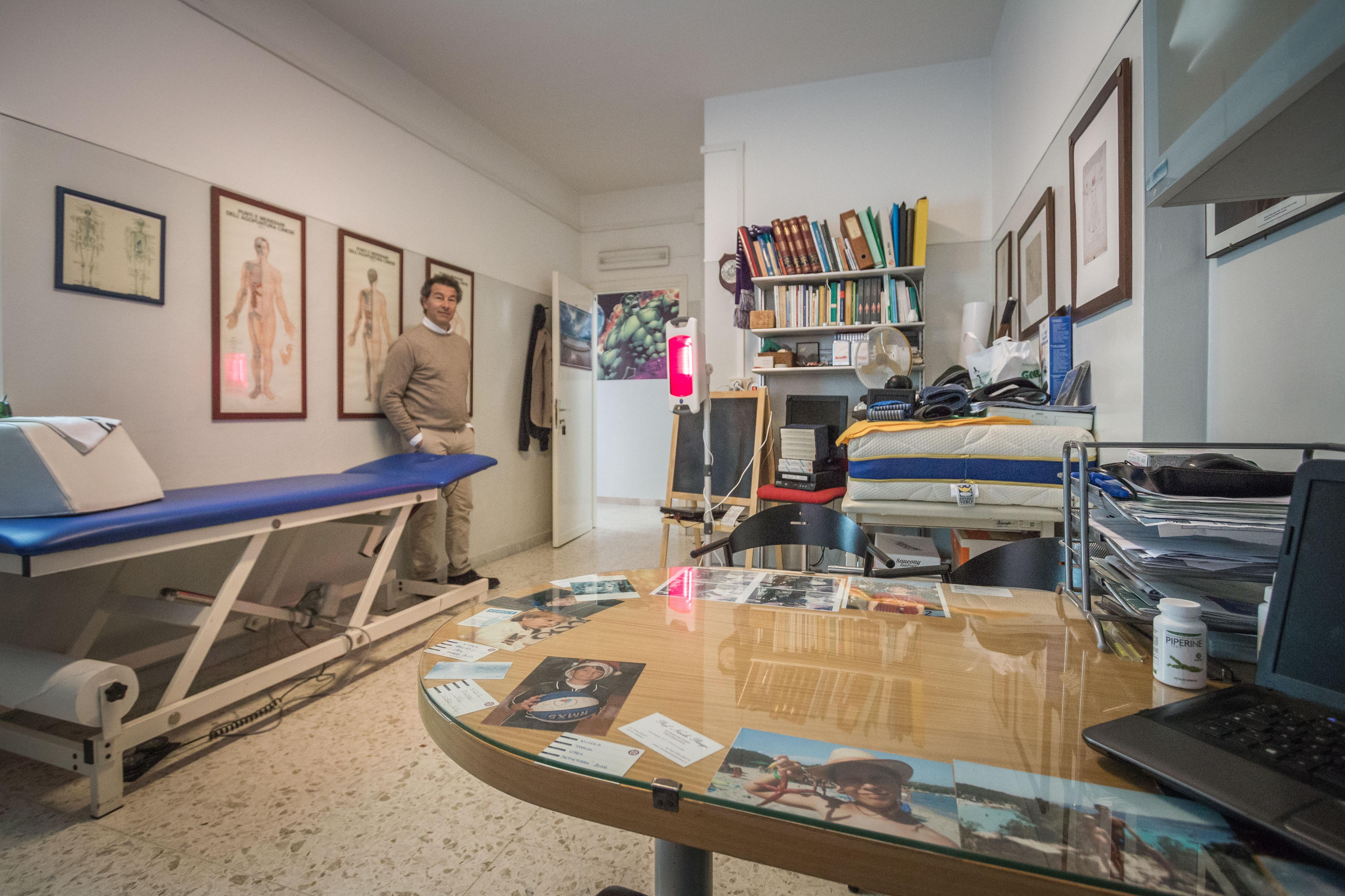 primo piano di un tavolo in uno studio di fisioterapia