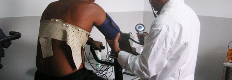 Dottore esamina paziente al Centro di medicina dello sport Sant'Andrea ad Assemini