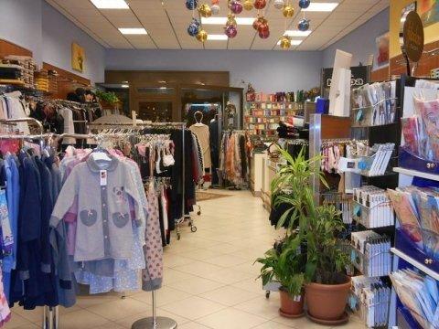negozio con abbigliamento e intimo