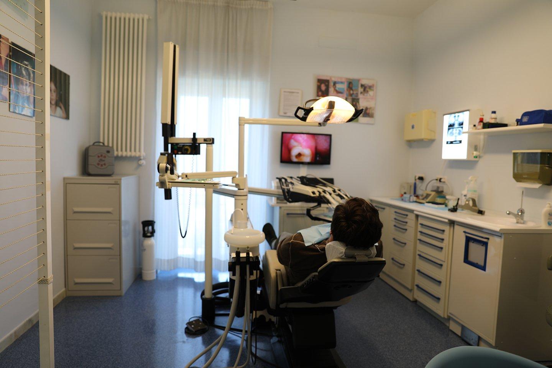 paziente durante una visita dentistica