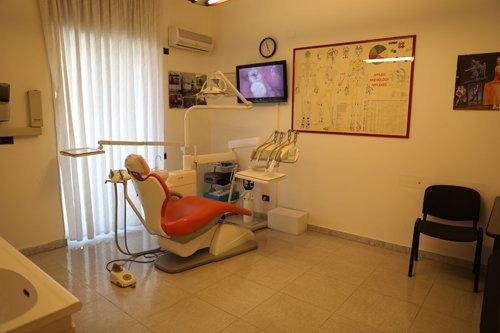 poltrona del dentista arancione