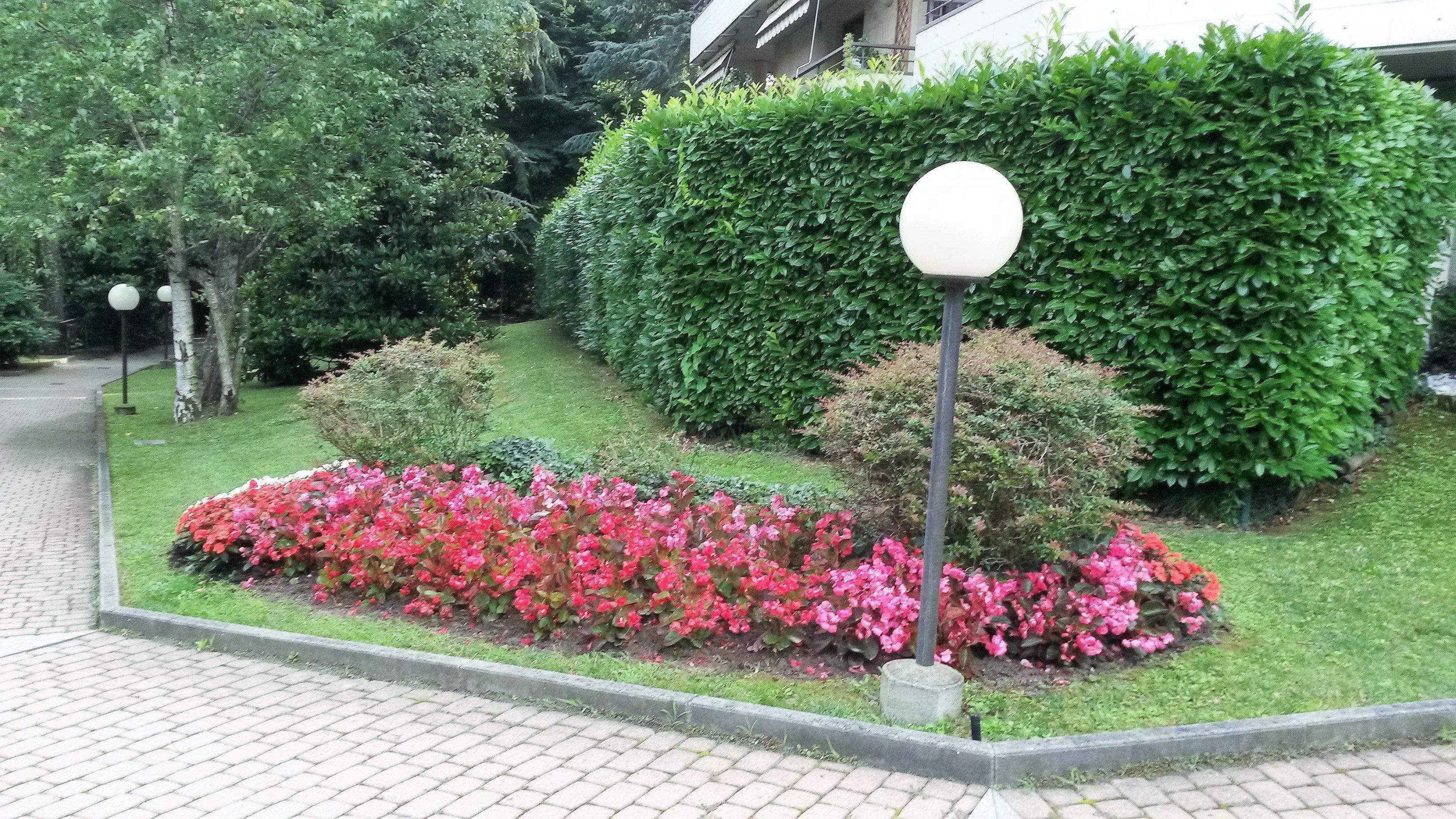 giardino curato con fiori e lampione