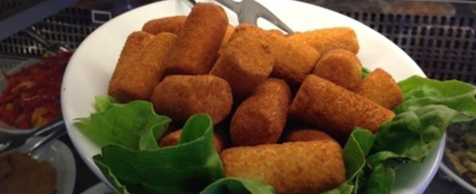 crocchette di patate su letto di insalata