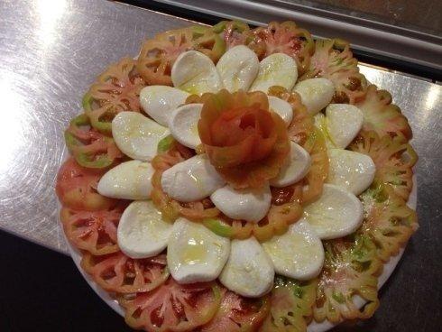 piatto di fette di pomodoro occhio di bue e mozzarella di bufala