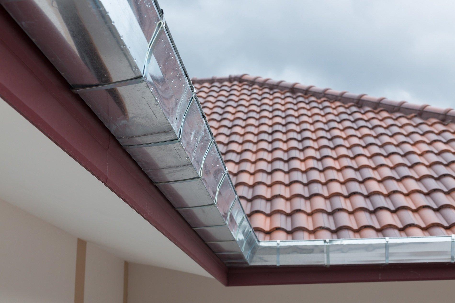 un rivestimento in acciaio vicino a  un tetto