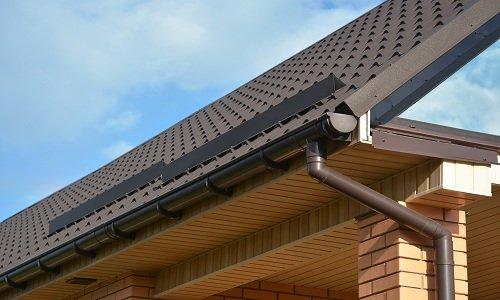 un tetto di una casa con una grondaia