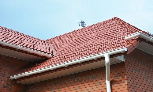 un tetto con una grondaia