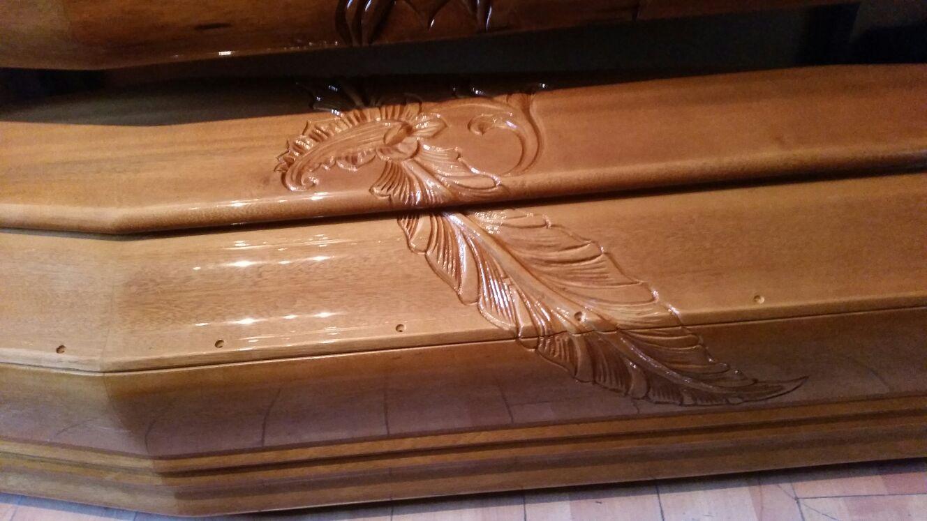 Decorazione di una piuma in legno su un cofano