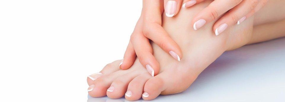 una donna che si tocca i piedi