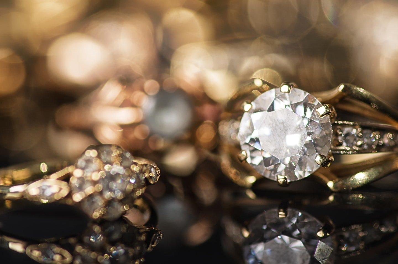 anelli e altri gioielli