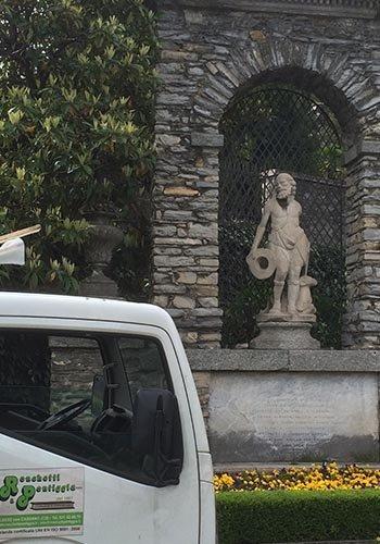 una statua in un giardino