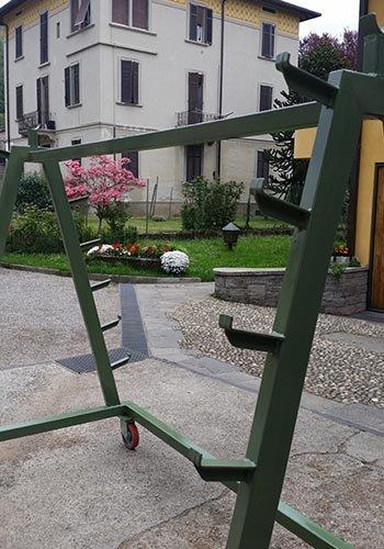 una struttura in ferro di color verde con delle rotelle