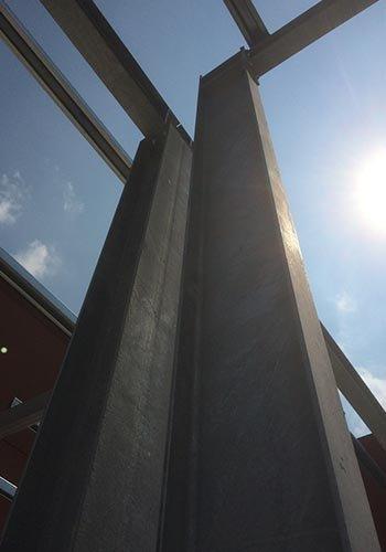 delle travi in ferro di una struttura