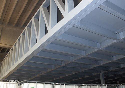 una struttura in ferro che regge il tetto di un edificio