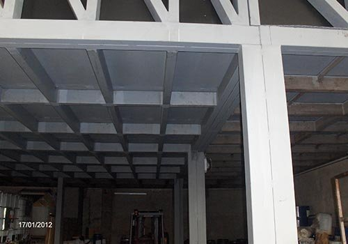 delle strutture in ferro che reggono il tetto di un edificio