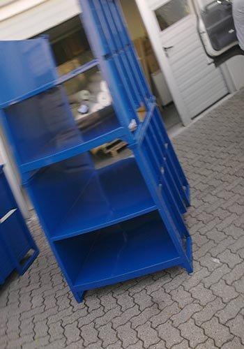 uno scaffale in ferro di color blu