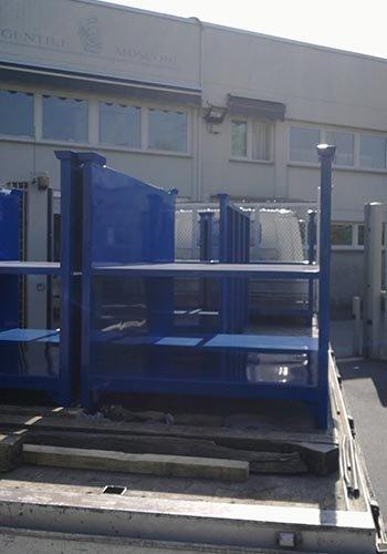 degli scaffali blu in ferro