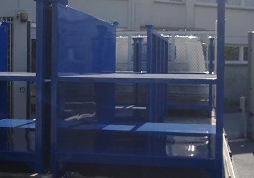 degli scaffali blu fatti di ferro