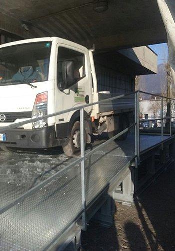 un camion su una rampa