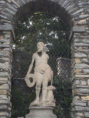 Griglia di ferro dietro la statua