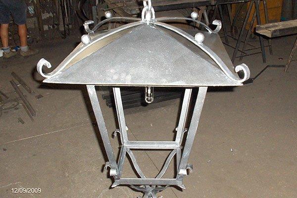 Lanterna in ferro battuto dipinta di colore argentata