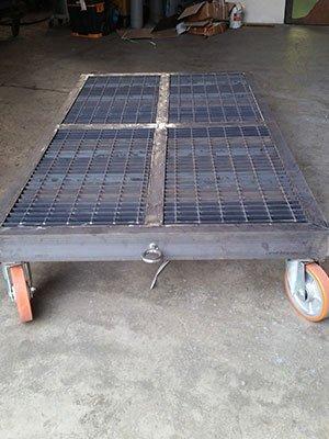 Piccola piattaforma di metallo con ruote