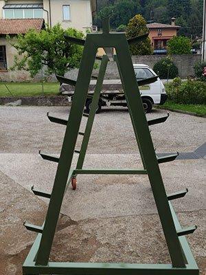 Piccolo espositore di ferro con ruote