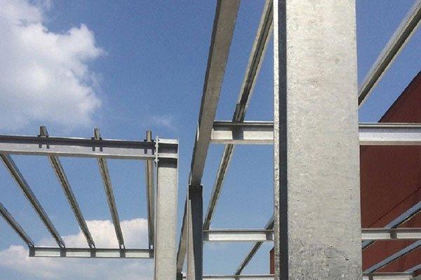 Primo piano della struttura esterna di metallo