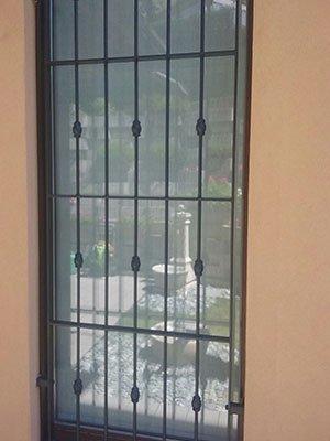 Porta di vetro con griglia di metallo