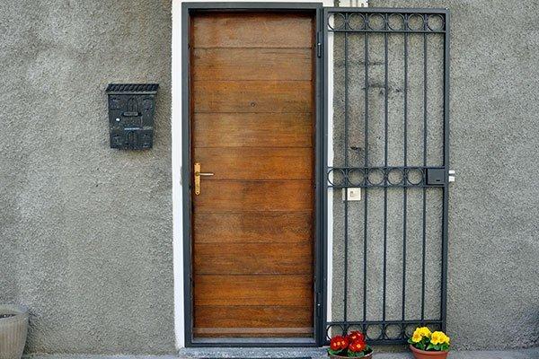 Porta di legno con griglia di metallo aperta