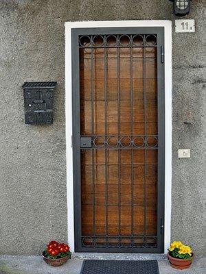 Porta di legno e griglia di metallo chiuse