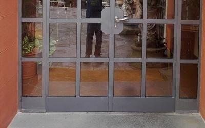 Porte di ferro e vetro per un business