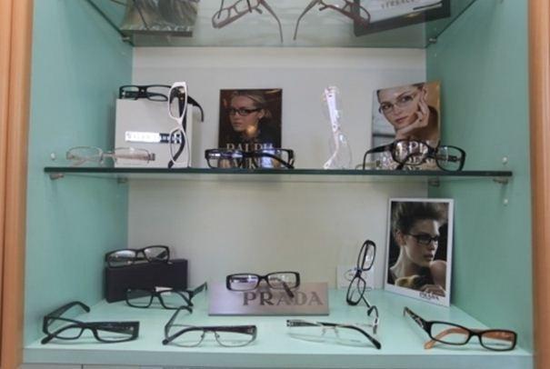 espositore con occhiali da vista